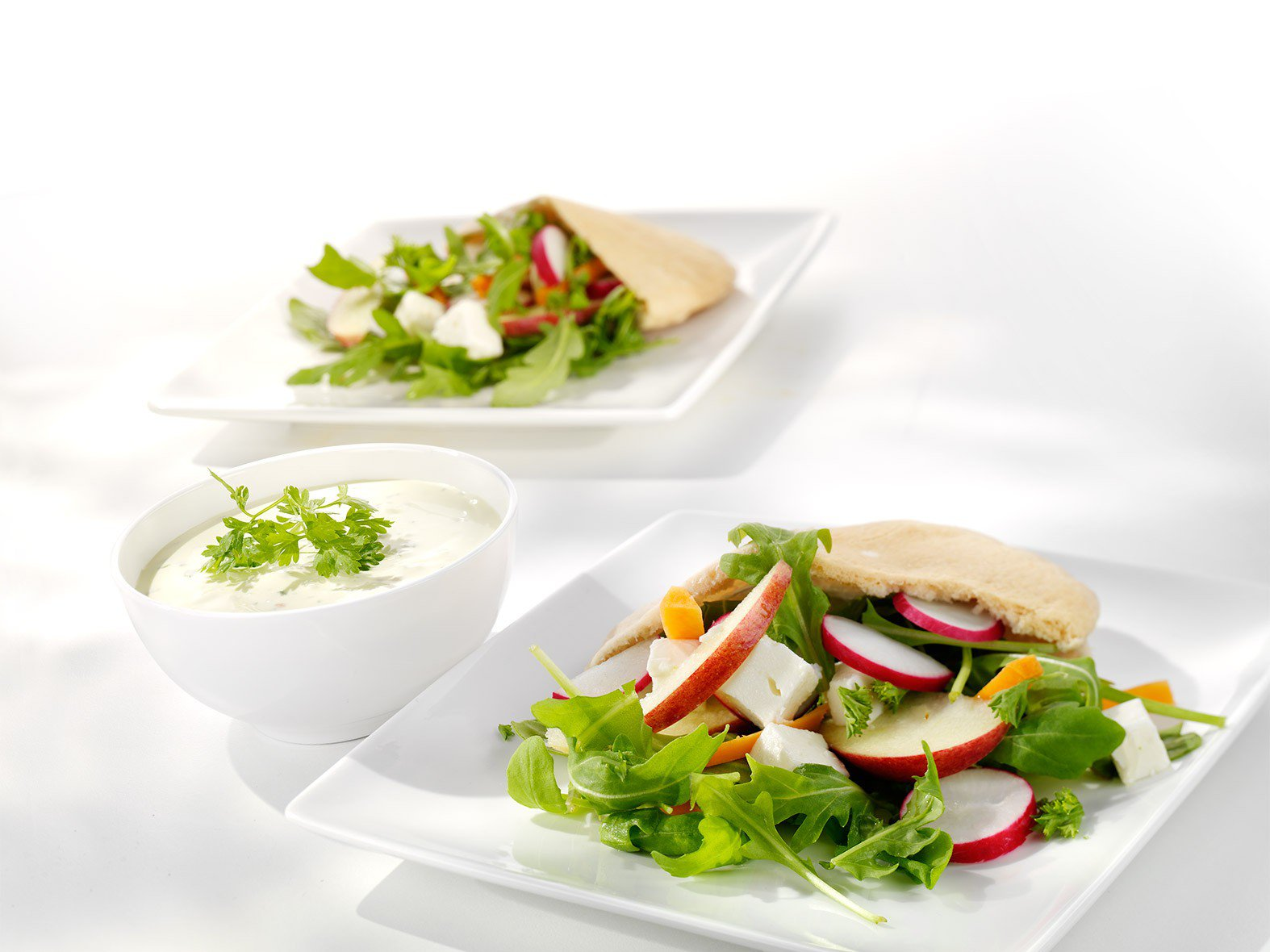 Frisse salade met pitabroodje en parmezaanse dressing