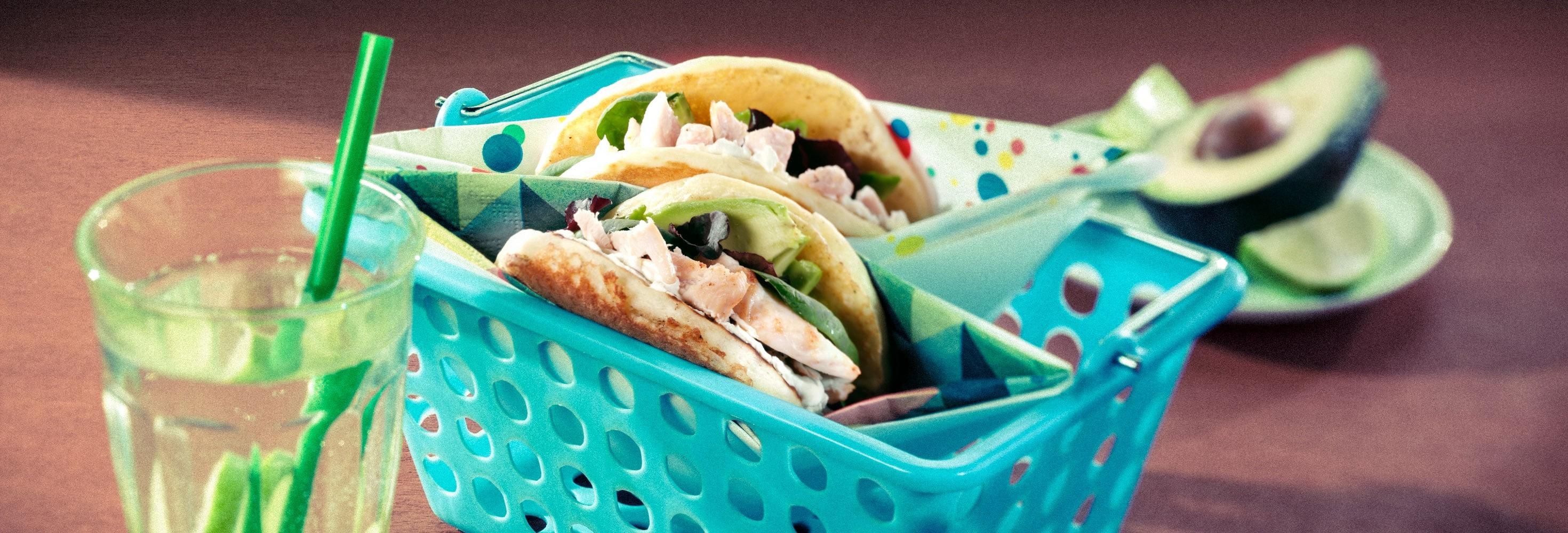 Pancake 'sandwich' gevuld met verse kaas, avocado en een salade