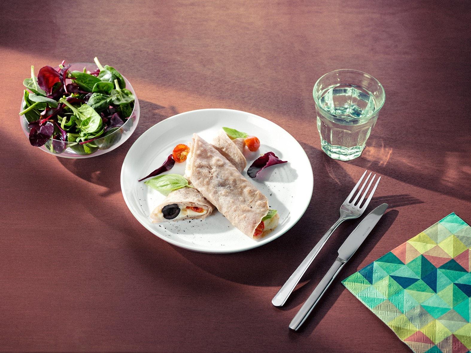 Boekweitpannenkoeken met buffelmozzarella, kerstomaten en zwarte olijven