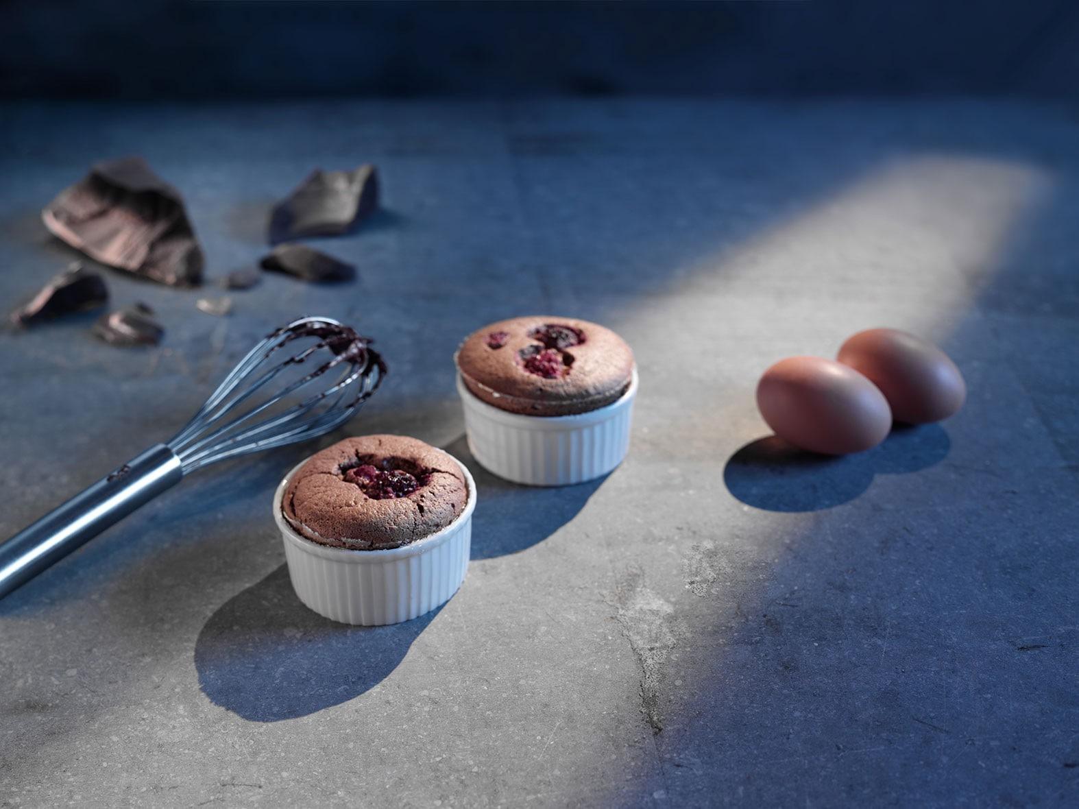 Kleine chocoladesoufflés met frambozen