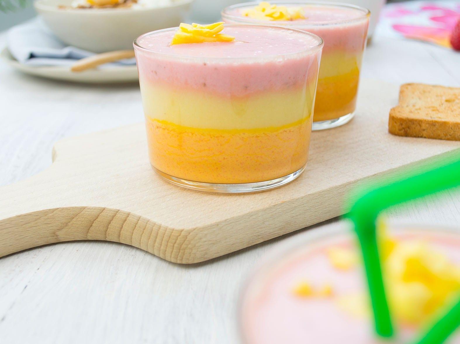 Sunset smoothie met aardbei en plattekaas