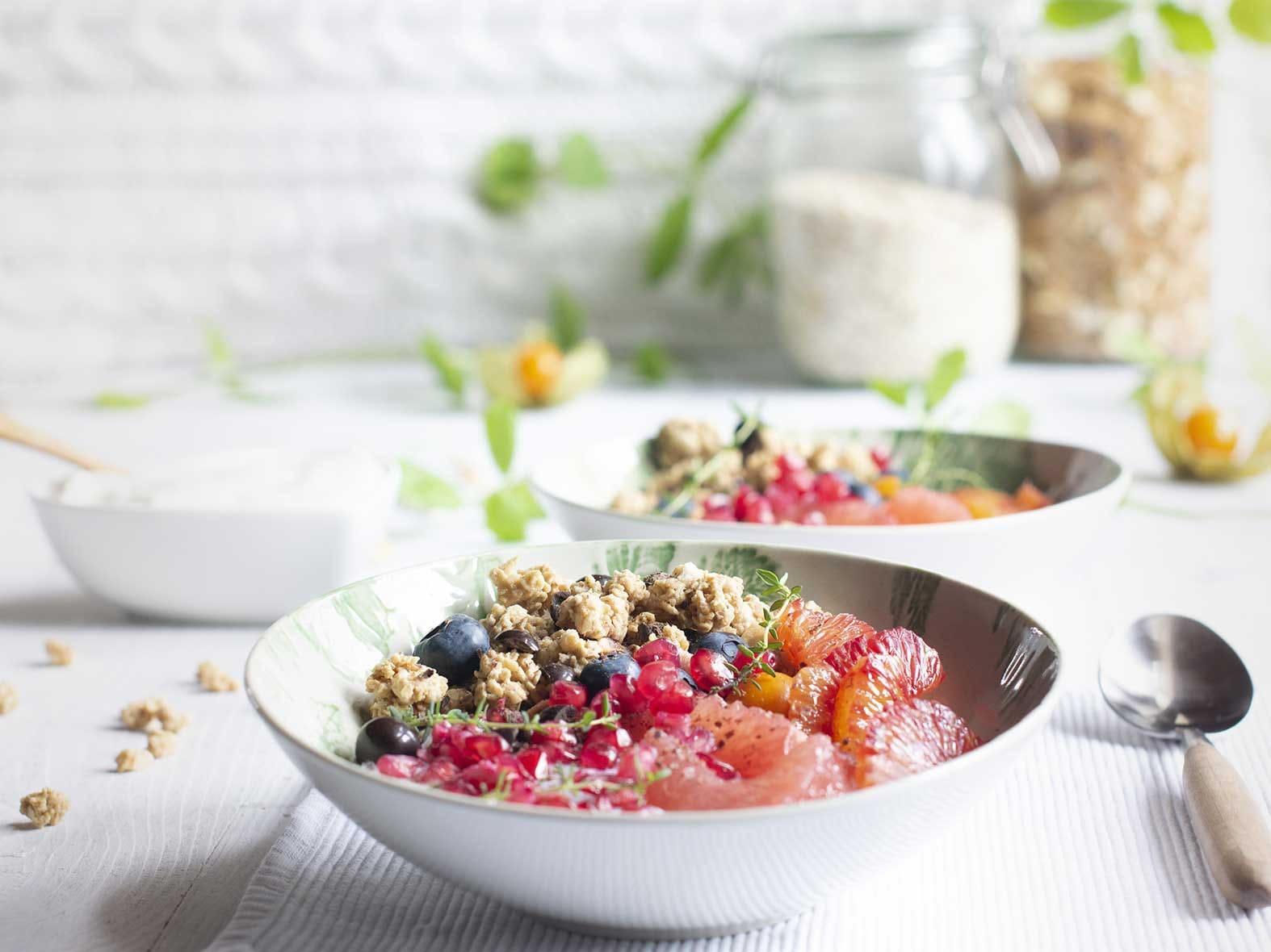 Yoghurtbowl met krokante muesli, chocolade en citrus