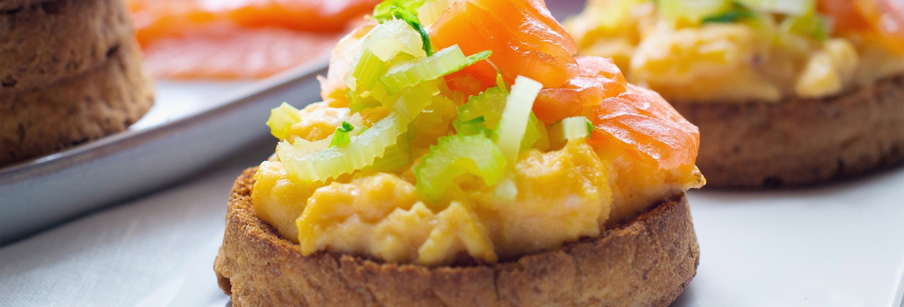 Toast met roerei en zalm