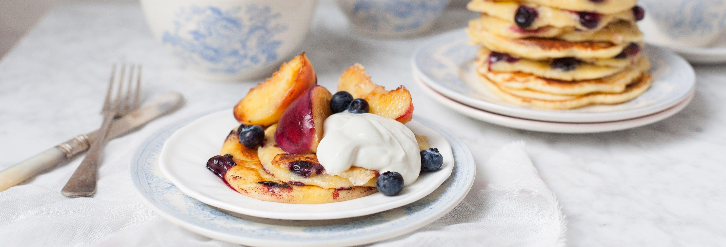 Blauwbessenpannenkoeken met gebakken fruit