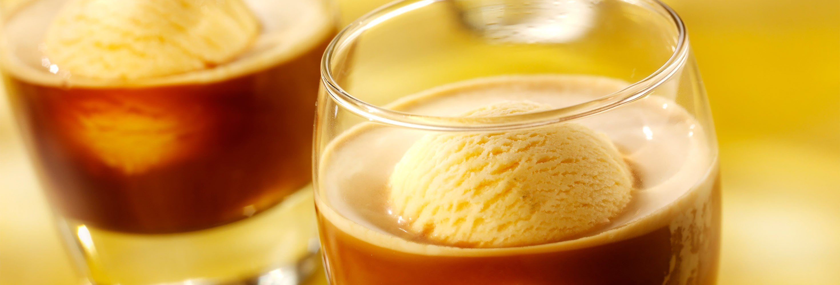 Café glacé met roomijs van witte chocolade en Baileys