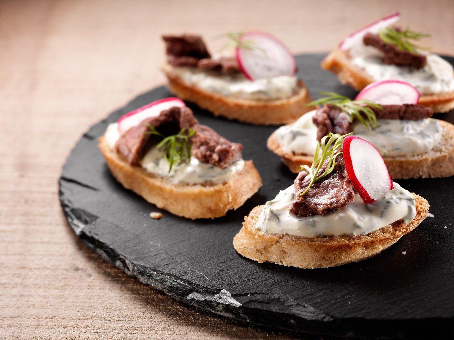 Krokante toastjes met frisse spread en rundreepjes