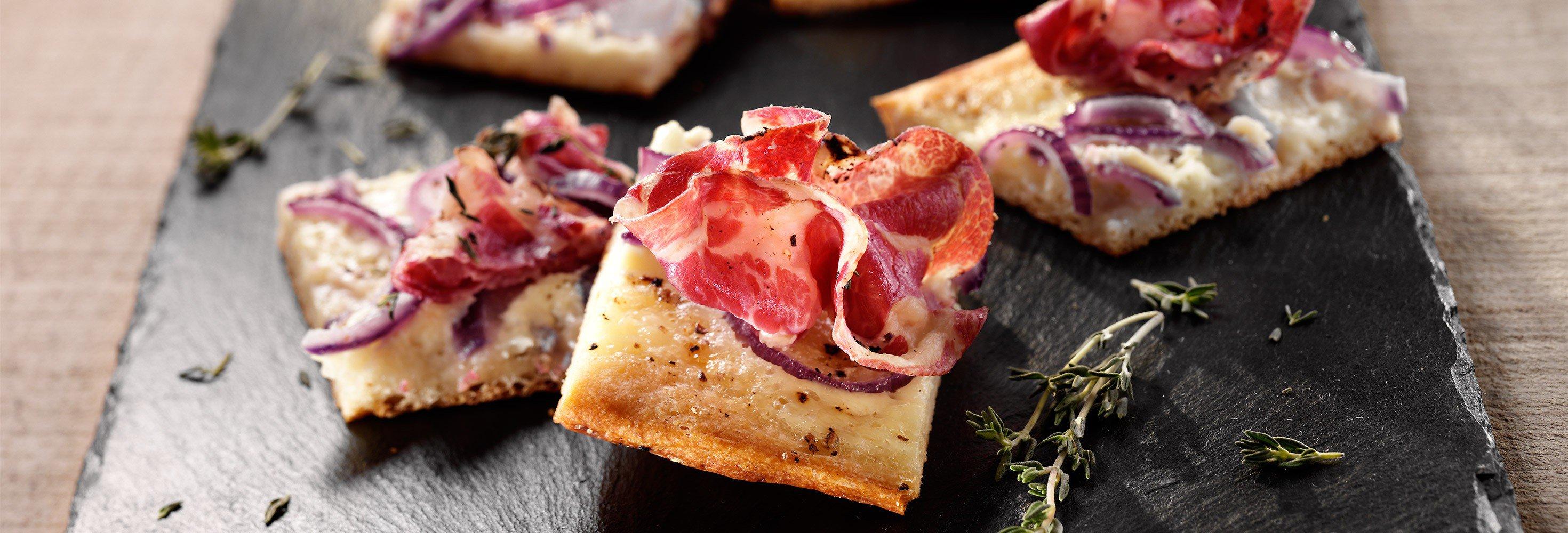 Pizzetta's met uiringen en pancetta