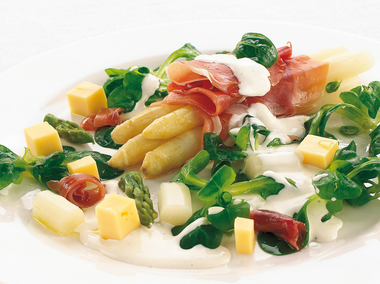 Salade van asperges, rauwe ham en romige citroendressing